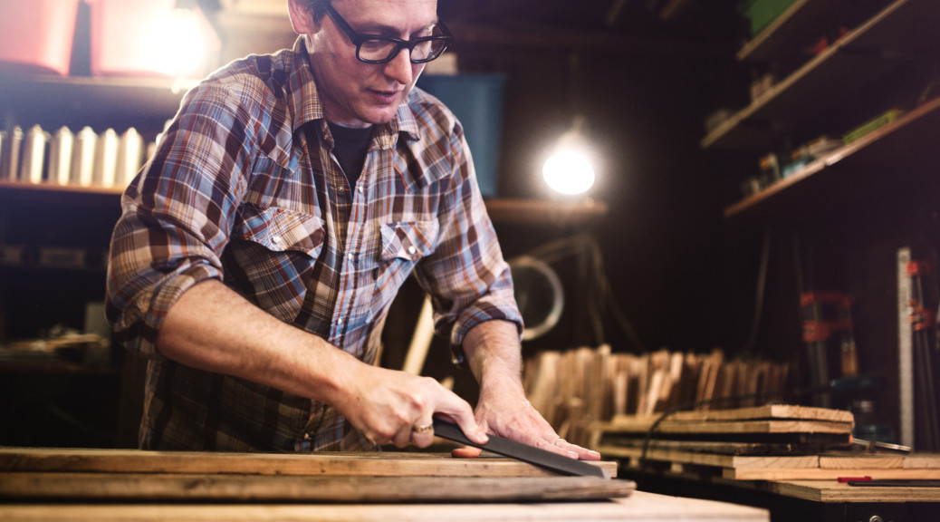 Håndværker arbejder med genanvendt træ