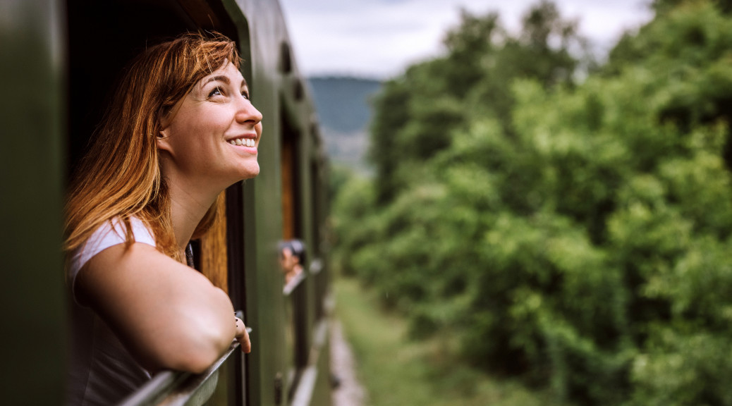 Smilende kvinde i tog